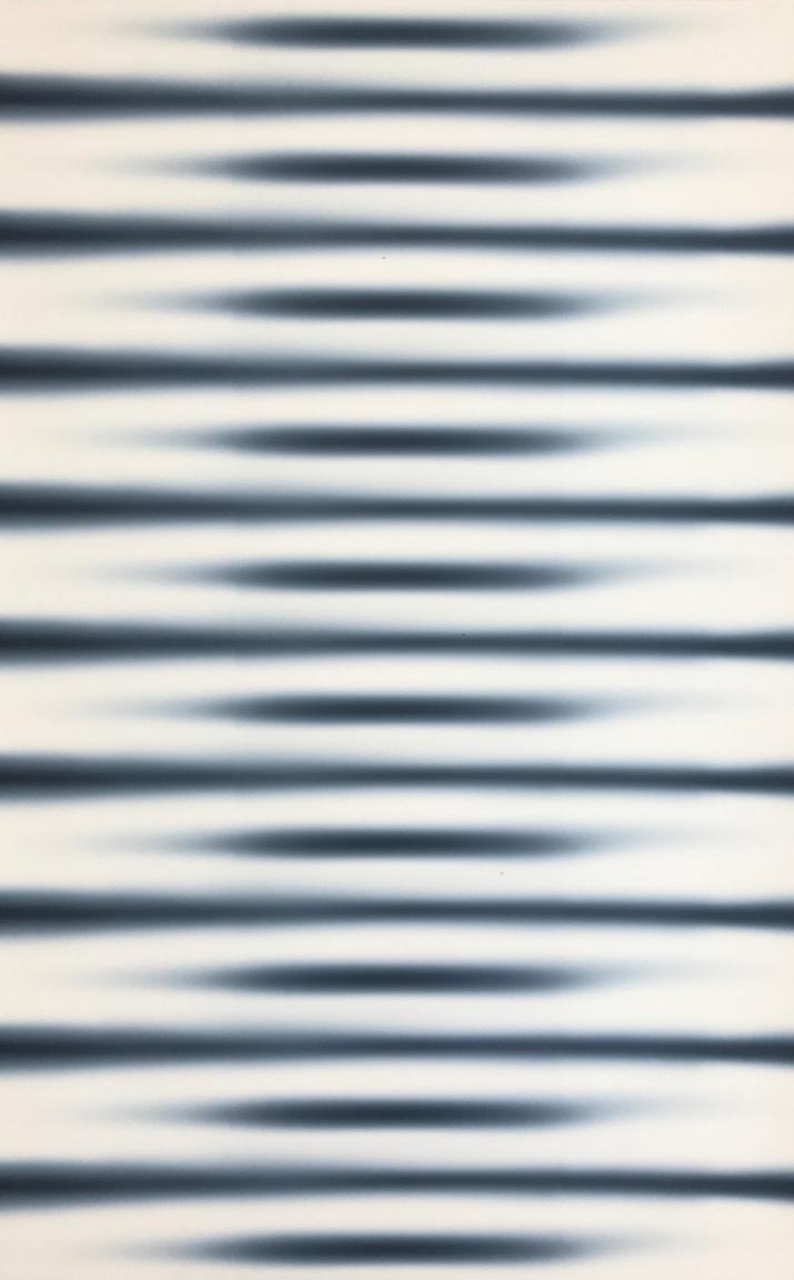 """Hencze Tamás – Horizontális struktúra, 1972                         Az utóbbi időben egyre inkább felértékelődik az 1960-as és 70-es évek művészete. Hencze Tamás annak a legendás, ún. """"Iparterv generációnak"""" az egyik fontos alkotója, amely a háború utáni magyar művészetben először tudott képi világában visszacsatlakozni az aktuális nemzetközi áramlatokhoz. Hencze Tamás következetessége, festői érzelmeket redukáló, világosan egyszerű eszközhasználata példa nélküli a magyar művészetben. Egyetlen szín – a fekete és annak árnyalatai  használatával, szinte színek nélkül jut el az optikai és téri illúziókeltés igen magas szintjére. A 60-as évek közepétől festett struktúráival itthon és a nemzetközi színtéren egyaránt élen járt. Művészete ekkor szoros párhuzamot mutatott Csiky Tiboréval. Jó barátok voltak, és hasonló művészeti kérdések foglalkoztatták őket: a struktúra és a minimalizmus. Hencze ebben az időben a képeit szinte csak kartonlemezre festette. Nemcsak azért, mert lakása-műterme  a KISZ lakótelepen  nem volt alkalmas nagyméretű vásznak megfestésére és tárolására, hanem azért is, mert hengerrel való festésre a merev karton a legalkalmasabb."""