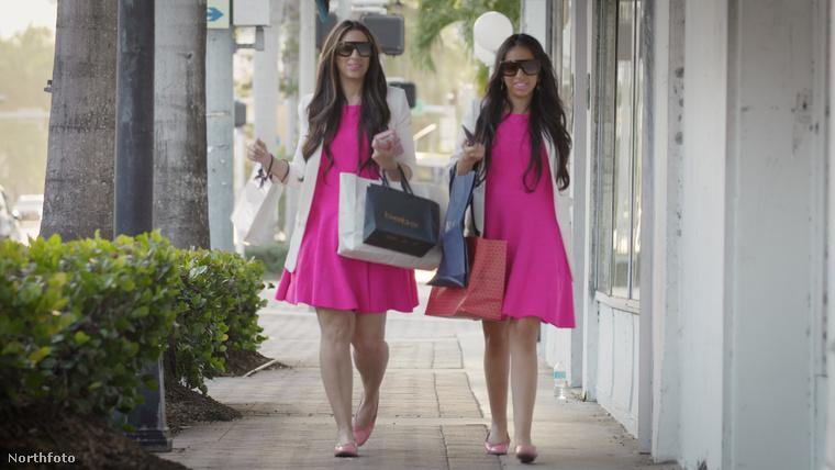 Elhinné, ha azt mondanánk, hogy ez a két nő nem egy shopping körúton van éppen?