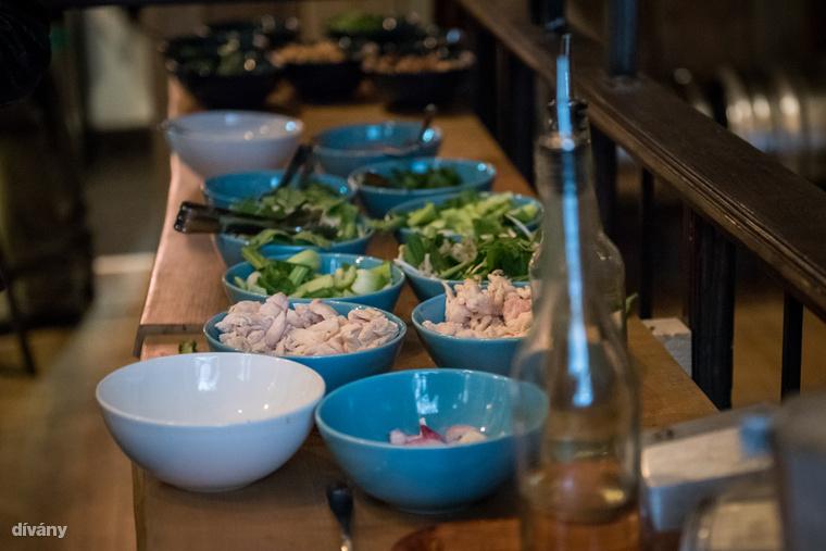 A hozzávalók, amik a kotyogós alsó részébe kerülnek: olaj, víz, csirkehús, hagyma, bébi pak choi, szójacsíra, miso paszta és üvegtészta.