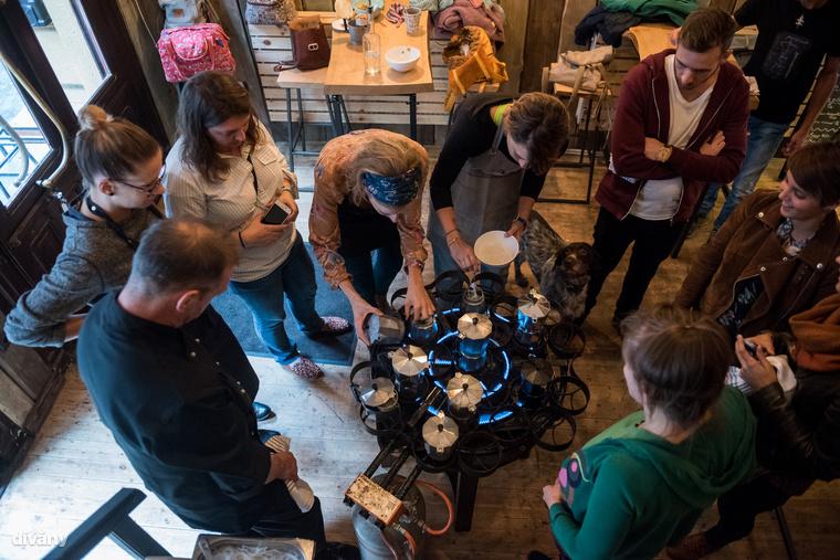 Ha nagyon nem akar megindulni a leves, kicsit mozgasd meg, hátha eltömődött a kávéfőző