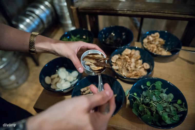 Közben a kávétartó részbe tegyél gombát és zöldfűszereket.