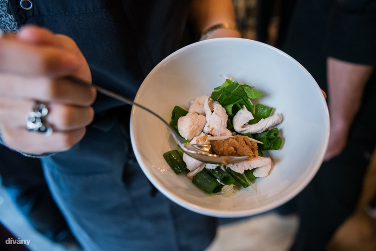 Amíg a hagyma pirul, összekészítjük a hozzávalókat, amiket még szeretnénk a levesbe tenni