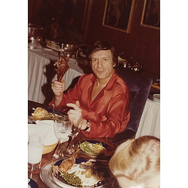 Minden ételt ágyban fogyasztott, tálcáról - még ha vendégségbe is jött hozzá valaki, csak odaült vele az asztalhoz, de nem evett