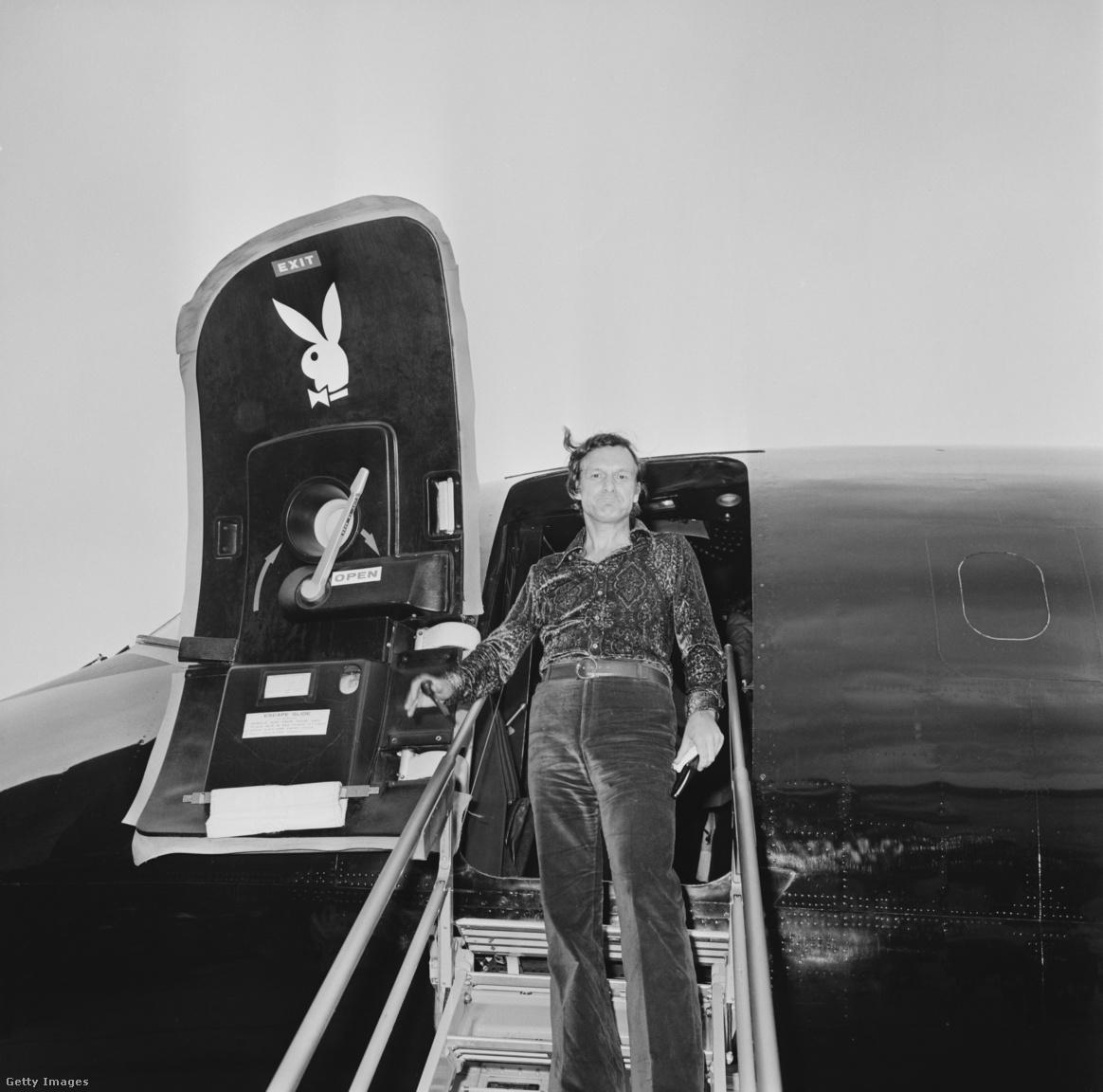 Hugh Hefner kinyitja a nyuszis ajtót, és a londoni reptér betonja felé indul 1971. augusztus 4-én. Ekkor ő már sztár volt, mögötte volt egy komplett médiabirodalom, aminek ernyője alá tartozott az újság, a tévéműsorai, és a szépségkirálynő-választásai is.