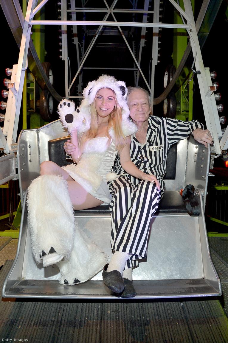 Az 1986-os születésű Crystal Harris 2009. decemberében még a hónap Playmate-je volt, ezen a képen, 2015-ben már Crystal Hefner néven, Hugh Hefner feleségeként integet. De kár lenne irigykedni: az első hírek alapján Crystal nem fog örökölni semmit. Ez a 2015. október 24-én készült kép az utolsó, ami még egy önfeledt - itt épp halloweeni -                          bulin csípte el Hefnert