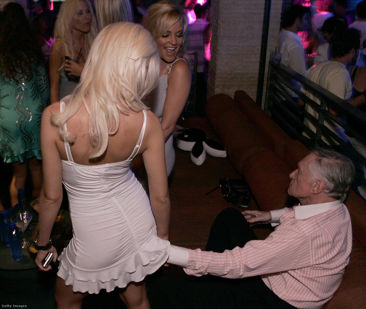 Holly Madison, Bridget Marquardt és Hugh Hefner a Skyy Vodka és a Playboy buliján, amelyet a 2006. augusztusi szám megjelenésére szerveztek