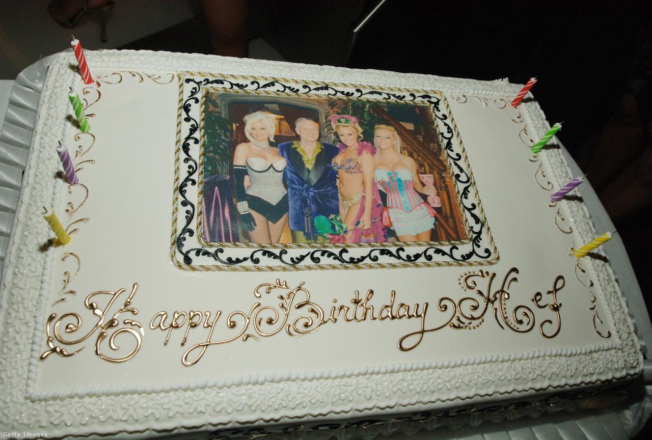 A Hefner-univerzumra jellemző ízlésesség benne volt minden falat tortában, amelyet a Playboy-pápa a születésnapjaira kapott. Ezt épp a nyolcvanegyedikre sütötték neki, a díszítésen a három barátnője.