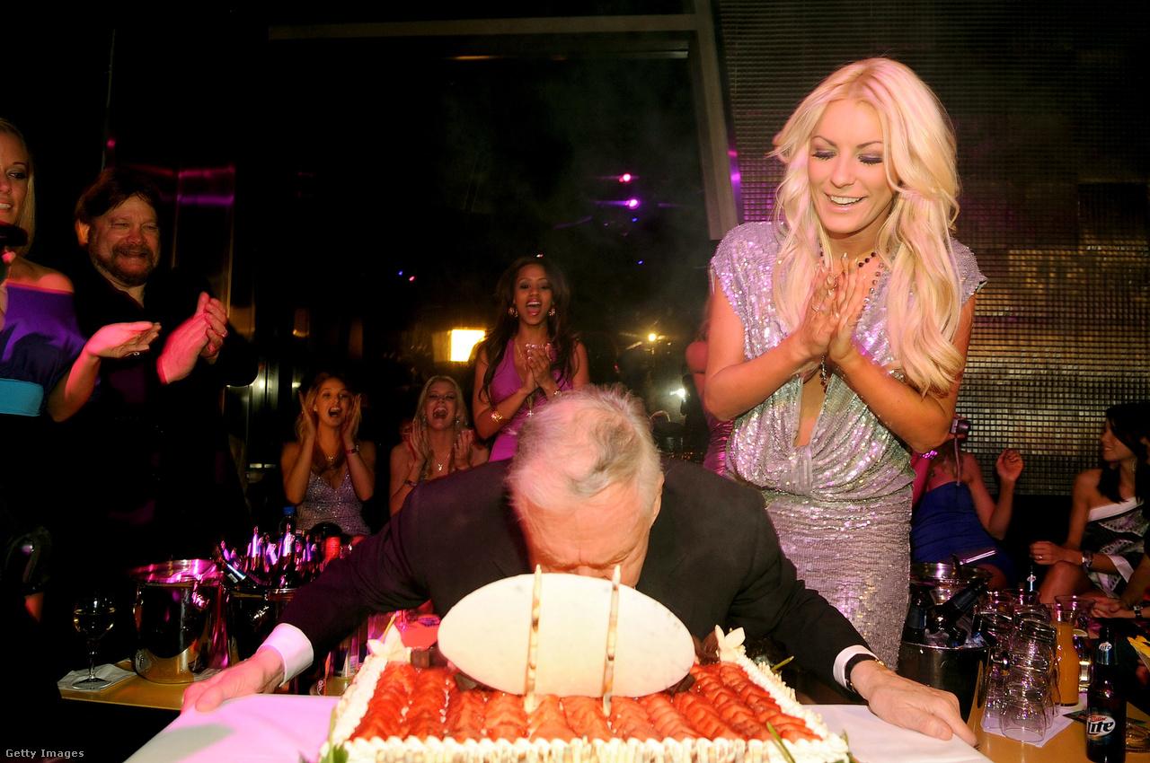Crystal Harris és Hefner a mágnás 83. születésnapi buliján egy Las Vegas-i steak house-ban, 2009. április 4-én