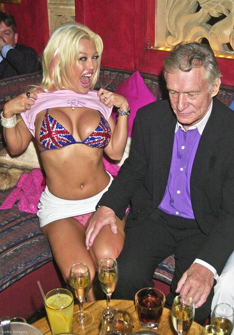 Hugh Hefner egyelőre kettőig jutott a 75. születésnapjára kapott ajándékok összeszámlálásban 2001. május 18-án a londoni China White Nightclubban