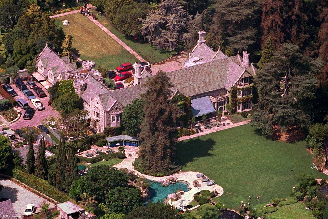 A híres Playboy Mansion kevésbé érdekes, külső része. A belsőben ment a buli kifulladásig, ahova a leghíresebbektől a kevésbé híreseken át az egészen kicsit híresekig mindenki hivatalos volt. A házat 2016-ben adta el Hefner, 100 millió dollárért, azzal a feltétellel, hogy élete végéig ott élhessen.