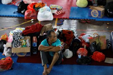 Evakuált férfi Klungkungban