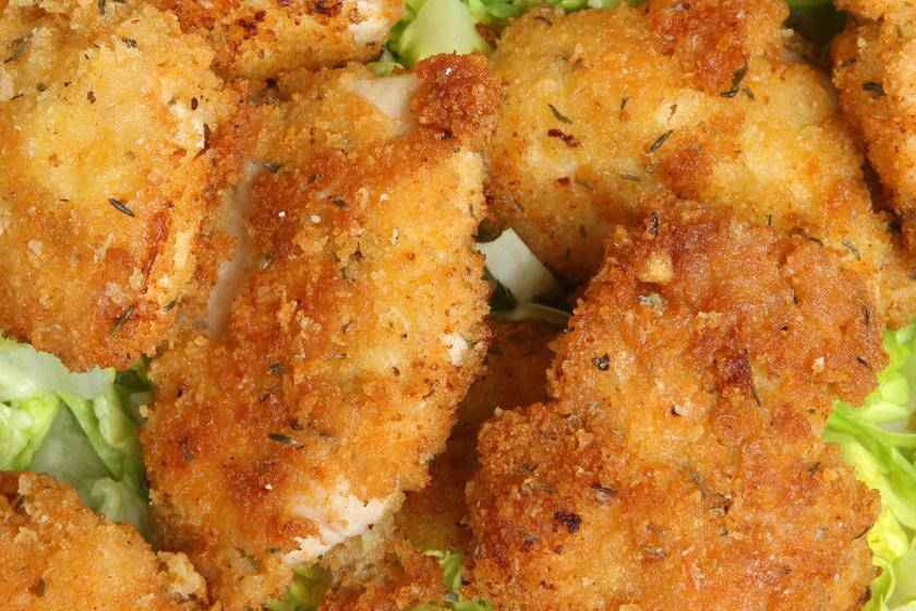 Sajtos panírban sült, ropogós csirkemell: ha unod az egyszerű rántott húst