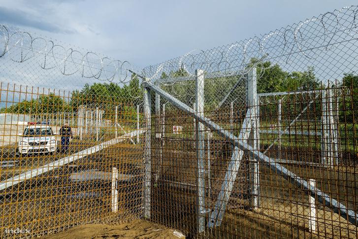 Határkerítés a magyar-szerb határon Röszke közelében 2017. május 4-én
