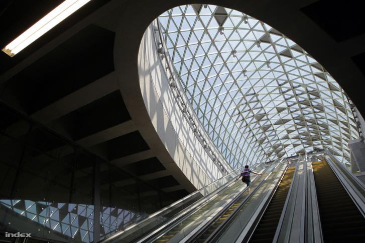 Bikás park metróállomás a felszínen a panelházakkal (fent) és a felszín alatt