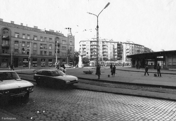 A Móricz Zsigmond körtér 1978-ban a legendás gomba alakú BKV épülettel