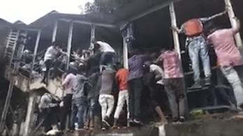 Rengeteg embert nyomott agyon a tömeg Mumbaiban