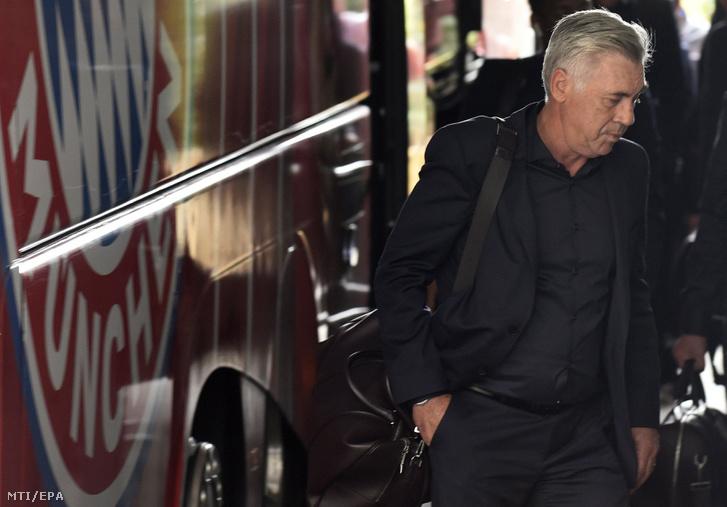 Carlo Ancelotti a Bayern München labdarúgóklub vezetõedzõje érkezik a klub müncheni edzõpályájára 2017. szeptember 28-án. Ancelottit ezen a napon a Bayern menesztette.