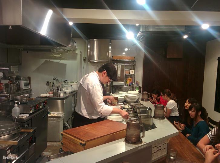 Szaitó Kazumasza sürgölődik a Nakirju konyhájában.