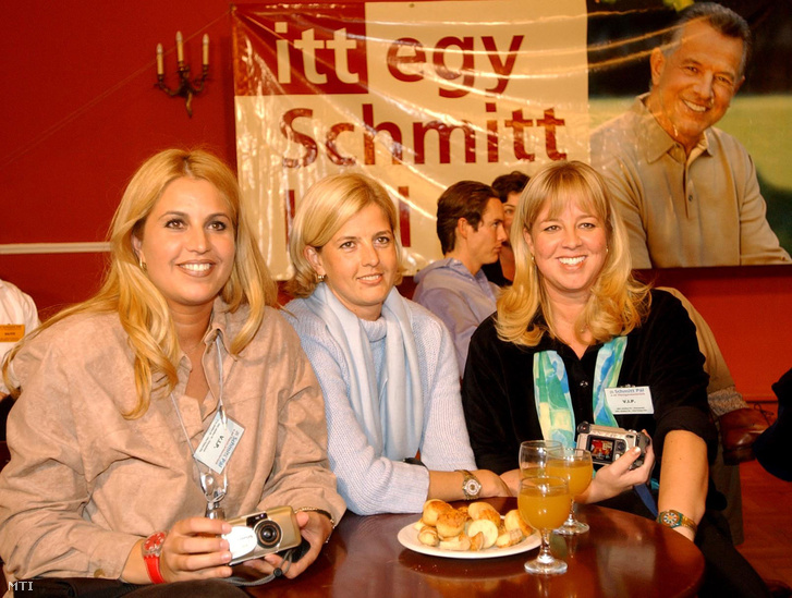 2002. október 20. Schmitt Pál három leánya, balról Gréta, Petra, Alexa.
