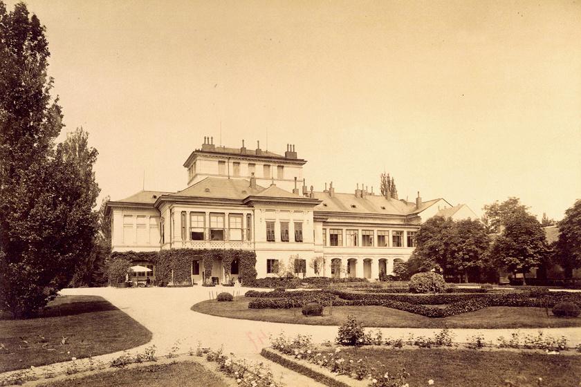 A hellenisztikus, neoreneszánsz épületet a kor egyik remek építésze, Wéber Antal tervezte.