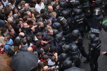 Barcelonában néhány szavazóhelynél dulakodás alakult ki a tüntetők és a rendőrök között.