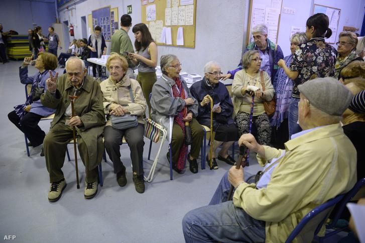 Idősek várakoznak egy byarcelonai szavazóhelyen