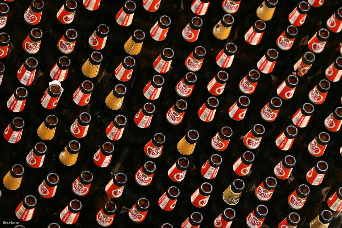 Töltésre váró söröspalackok