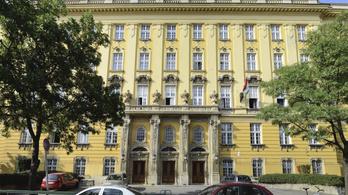 Kiesett egy lány egy budapesti gimnázium ablakán