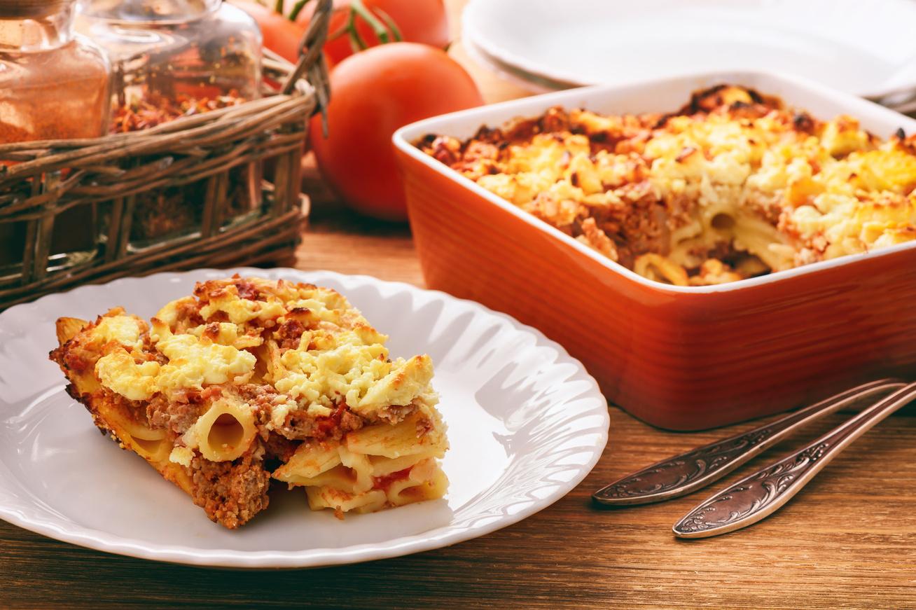 Így készül a szaftos, görög rakott tészta - Sok hússal, paradicsommal és feta sajttal