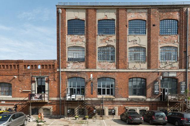 Az új showroom Óbudán, az egykori Harisnyagyár falai között található a Bogdáni út 1. szám alatt.