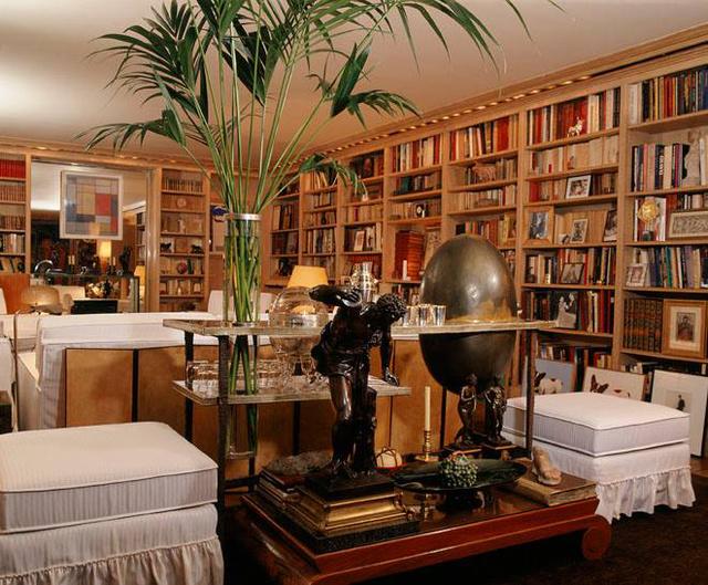 A házban azokat a festmények és más műtárgyakat is kiállították, melyek inspirálták a divattervezőt, többek között a képen is látható Mondriant