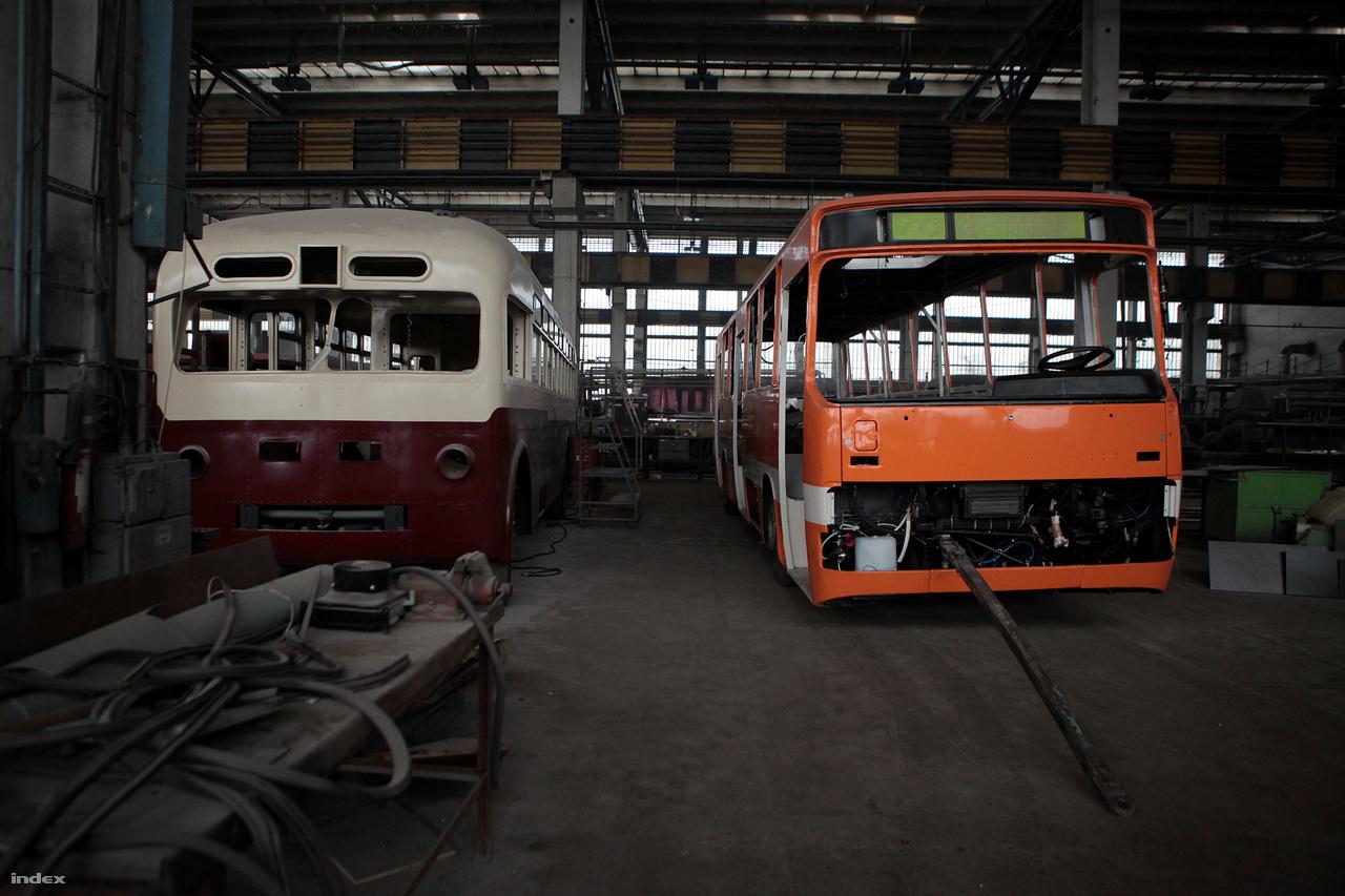 Hoppá! Két ritkaság felújítás alatt: balra egy szovjet gyártmányú MTB trolibusz (az MTB, annyit tesz mint московский троллейбус, azaz Moszkvai Trolibusz), mellette pedig egy Ikarus 263T troli.