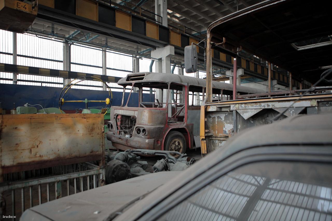 Egy Ikarus 630-as is várja a felújítást.
