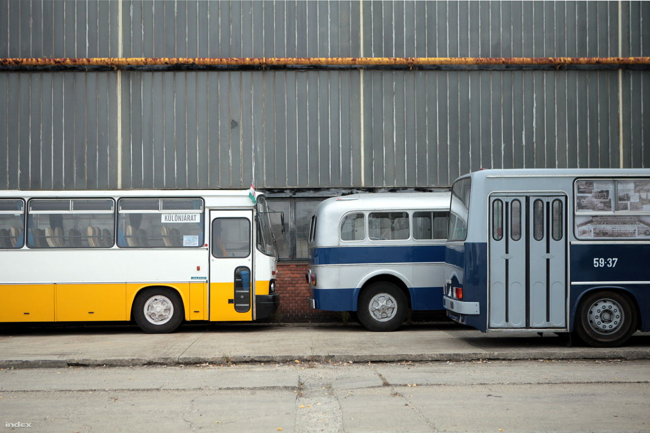 És egy klasszikus, vidéki osztálykirándulós busz, az Ikarus 256.