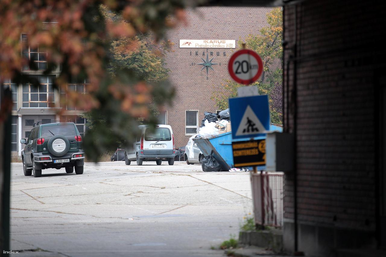 Az egykori buszüzem jelenleg ipari park, több vállalkozás is működik a területén. A tulajdonos utasítása szerint bent tilos fényképezni, így csak messziről, a gyárkapun kívülről tudjuk megcsodálni a buszos szélrózsát, ami a világ minden szegletébe eljutott magyar buszmárkát hirdeti.