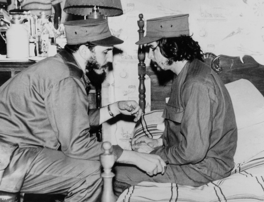 1959. január 1. Fidel Castro és Che Guevara havannai barakkjában