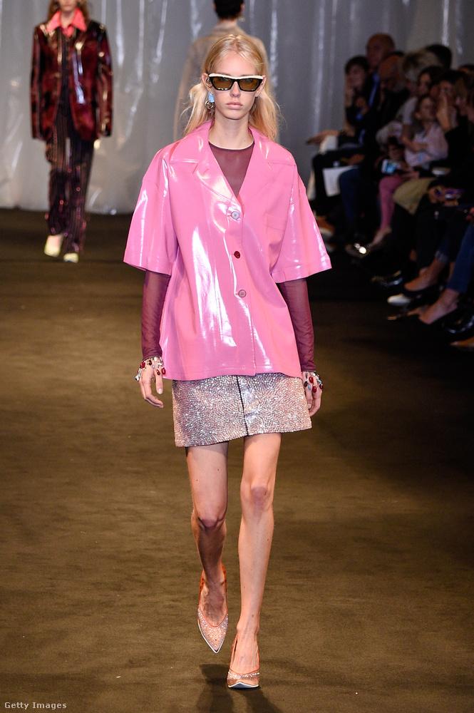 Rózsaszín lakk kabát az Acne Studios kollekciójában.