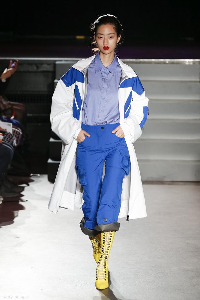 Kék-fehér elegánsan sportos szett a Masha Ma kifutóján.