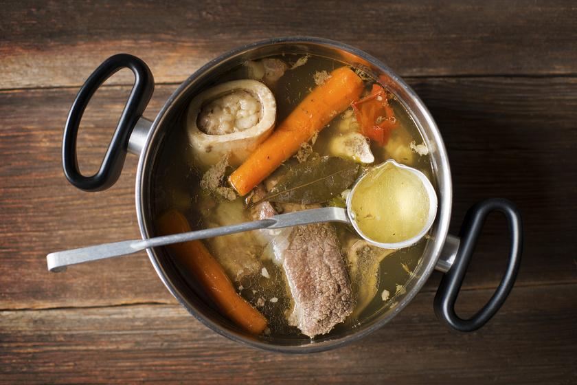 Aranyló marhahúsleves velős csonttal főzve: így nem esik ki a velő a csontból