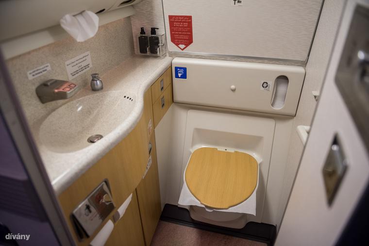 Búcsúzóul a turistaosztály vécéjére is benéztünk, az nem volt annyira luxy.