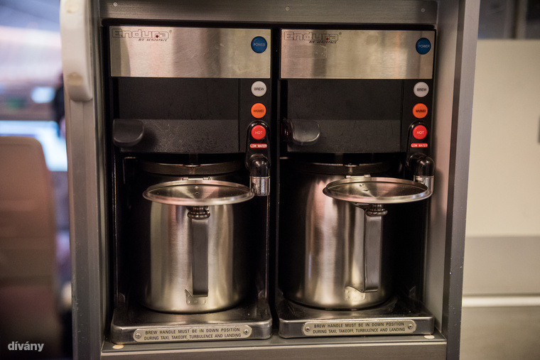 Itt készül a kávé és a tea - aminek a fogyasztását amúgy a légiutaskísérők ha csak lehet, elkerülnek