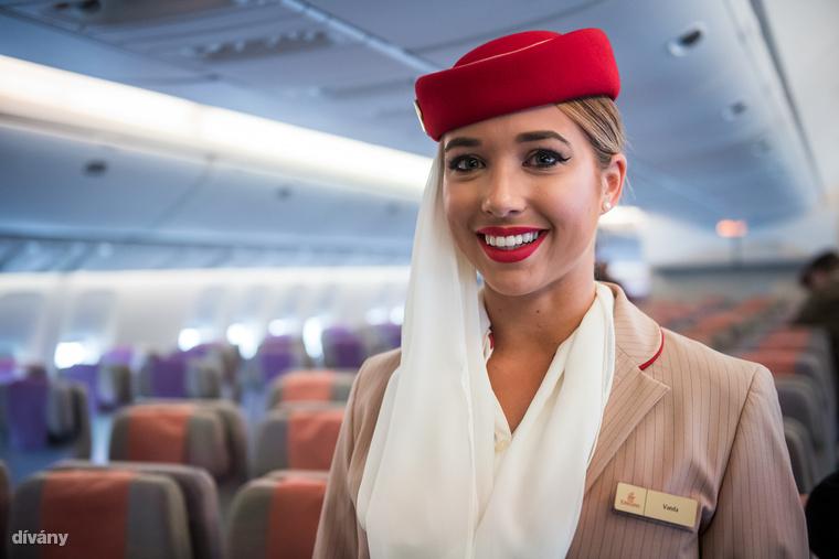 Tudtad, hogy a légiutas-kísérők más ruhában vannak, amikor a fedélzeten dolgoznak, és amikor le- és felszálláskor üdvözölnek és búcsúznak? Induláskor és érkezéskor így néznek ki, fejükön sállal egybeépített kalappal, magassarkú cipővel.                         Itt egy videó arról arról, hogyan készül az Emirates-kompatibilis smink és haj