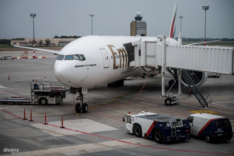 Mivel a légitársaság központja Dubajban van, a lakhatás költségeit is a cég állja