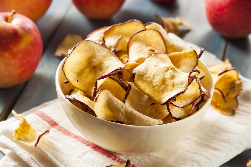 Szeleteld az almát milliméteres vastagságúra, kend ki vékonyan a tepsit olívaolajjal, vagy tegyél alá sütőpapírt, és 90-100 fokon süsd 120-150 percet.