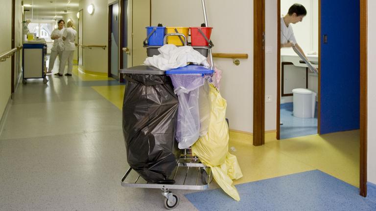 Milliárdos megbízás kórházi takarításra, pályázat nélkül