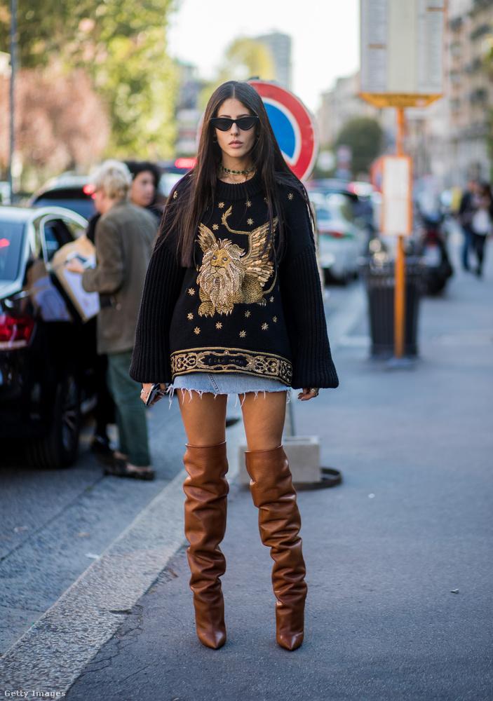 Csicsás pulóver, farmer miniszoknya és barna térdcsizma Gilda Ambrosión Milánóban.