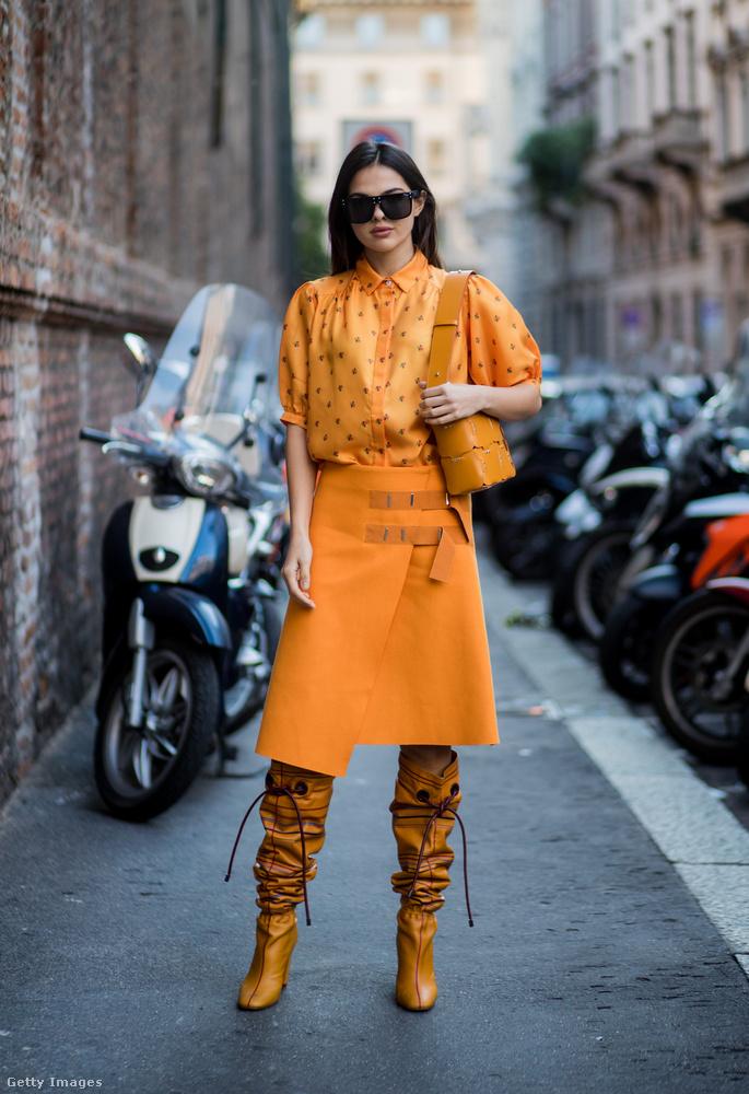 Őszies sárga ruha Doina Ciobanun Milánóban.