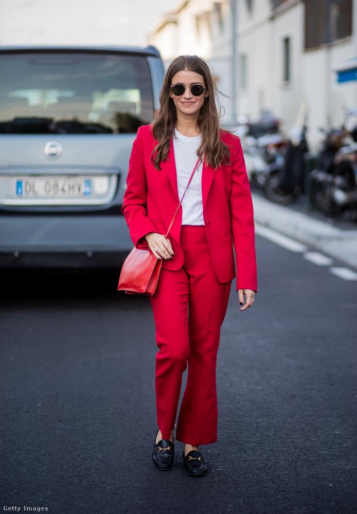 Piros nadrágkosztüm fehér pólóval Milánóban.