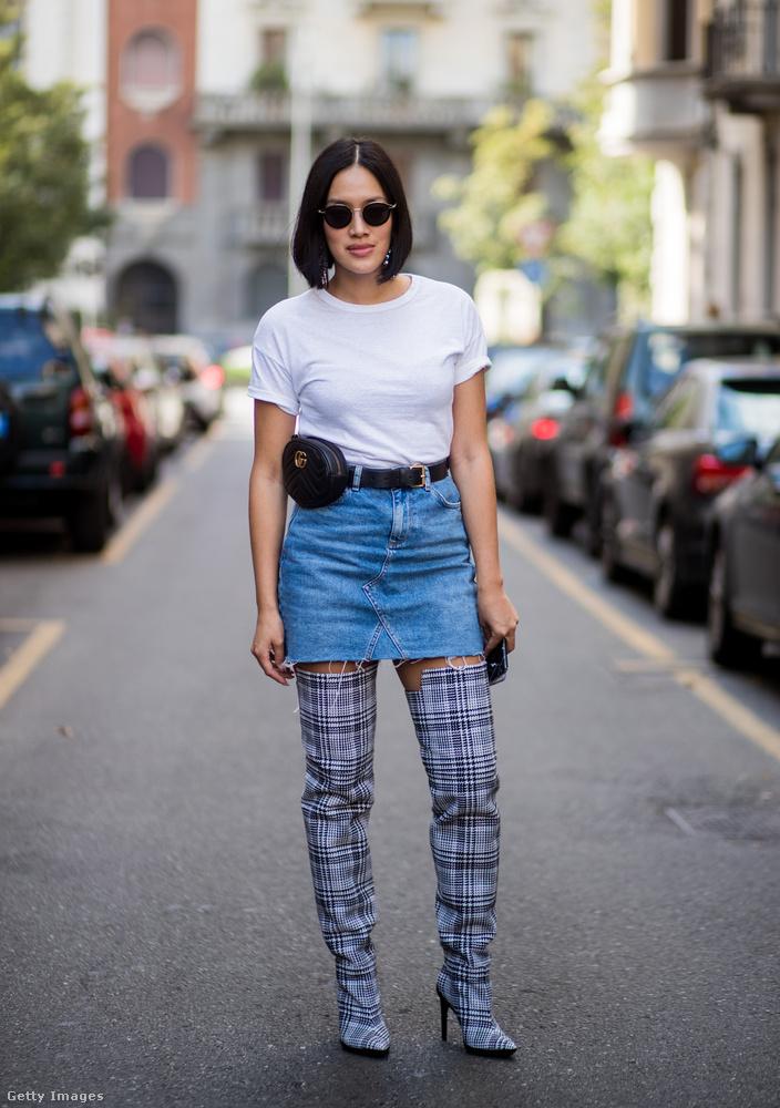 Egyszerű fehér póló, combcsizma, farmerszoknya és Gucci hasitasi Milánóban.