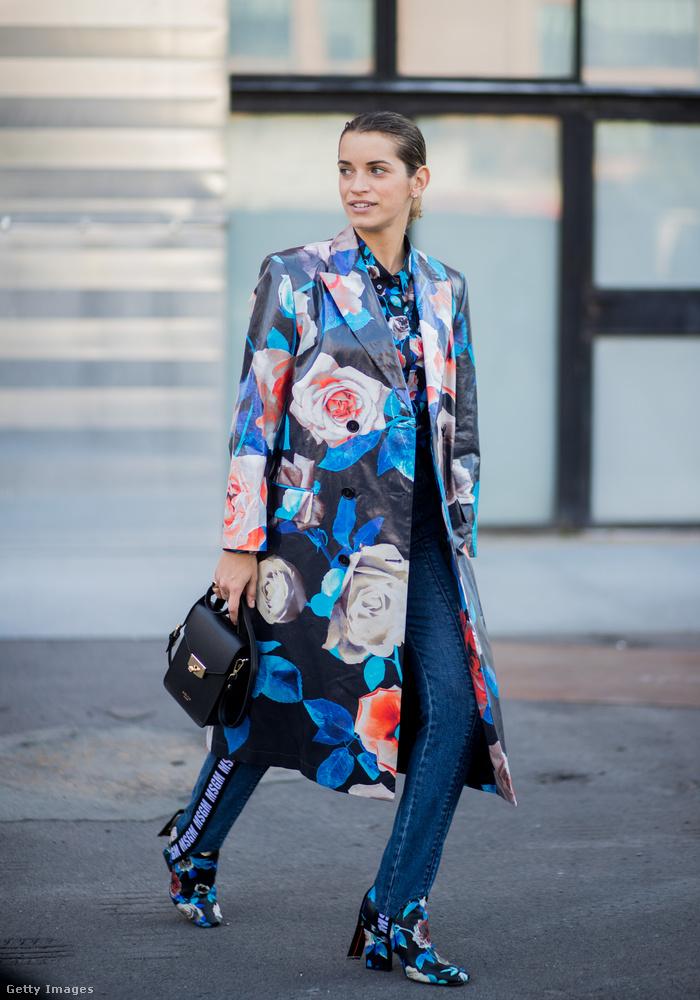 Feltűnő virágokkal díszített kabát Milánóban.